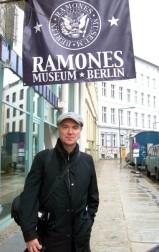 David Byrne no Ramones Museum, Berlim